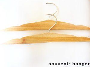 harga souvenir gantungan baju murah